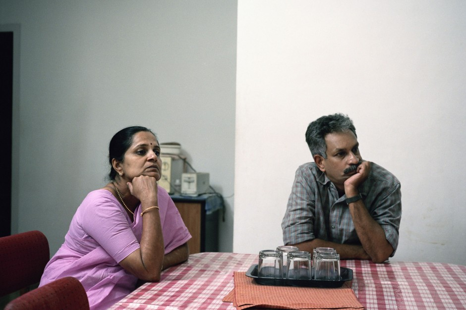 "© OlivierCulmann / TendanceFloue _ Watching TV _ Shreedevi et son mari Venugopal Menon regardant le film Malayalam ""TheKing"" sur la chaîne Asia Net Kerala, Ernakulam, Inde 24/03/2005"