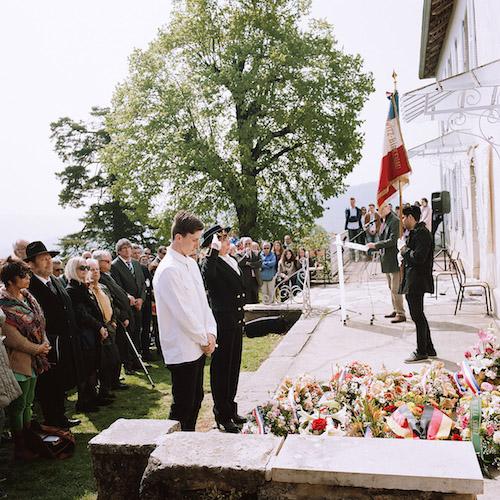 On April 6, 2017, as every year, took place the commemoration of the roundup of April 6, 1944, 73 years earlier. The sub-prefect of Belley (Ain), Pascale Preveirault recollects, as the militaries do, after laying a wreath on the forecourt of the house. Le 6 avril 2017 a eu lieu, comme tous les ans, la comémoration de la rafle du 6 avril 1944, 73 ans plus tôt. La sous-préfète de Belley (Ain), Pascale Preveirault se recueille, comme le font les militaires, après avoir déposé une gerbe de fleurs sur le parvis de la maison.
