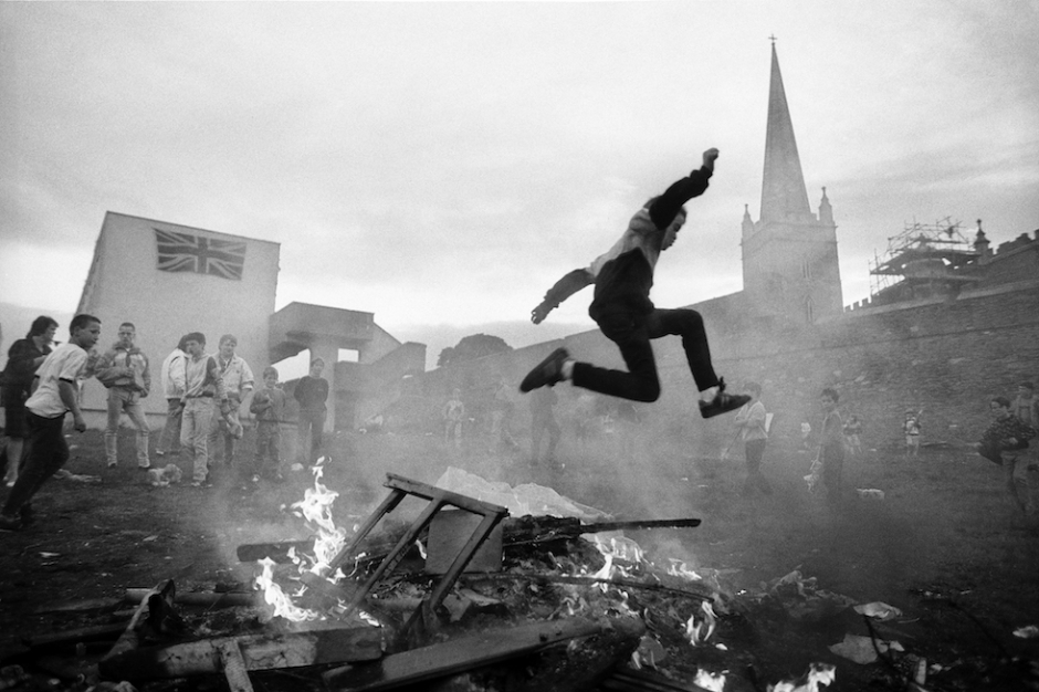 Children play around an impromptu bonfire in The Fountain, a Loyalist housing estate in Londonderry, Northern Ireland on Aug. 11, 1989. © Ed Kashi / VII Photo